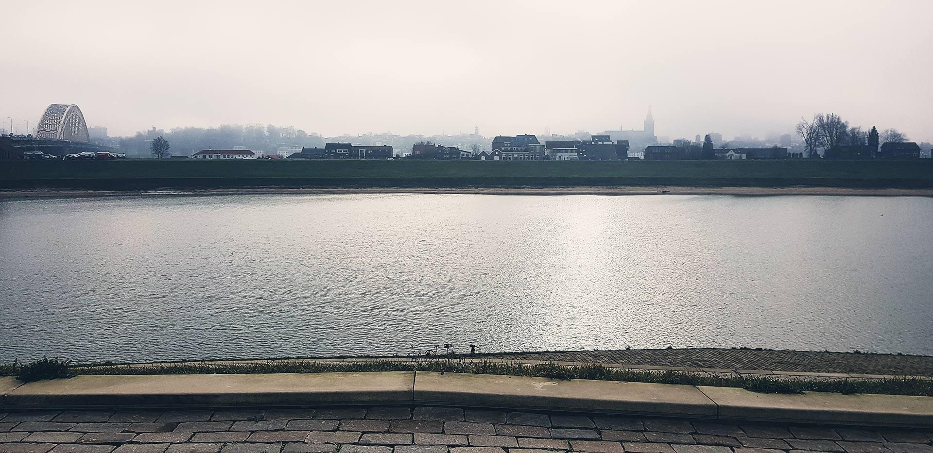 De skyline van Nijmegen gezien vanaf Veur-Lent